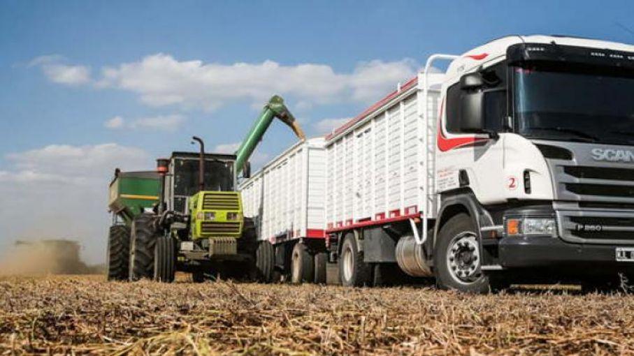 Transportistas y productores acuerdan alza de 12% en la tarifa del autotransporte de granos